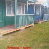 Деревянные домики на Азовском море. Арабатская стрелка. Счастливцево.